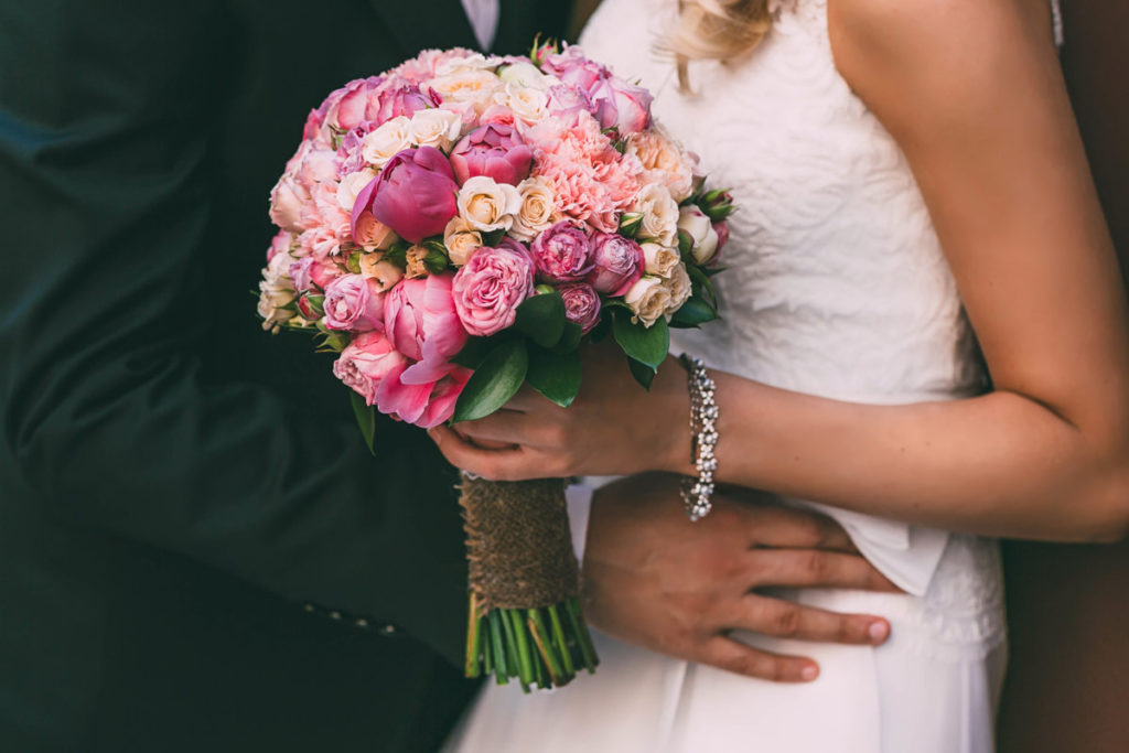 Tan bride holding a bouquet